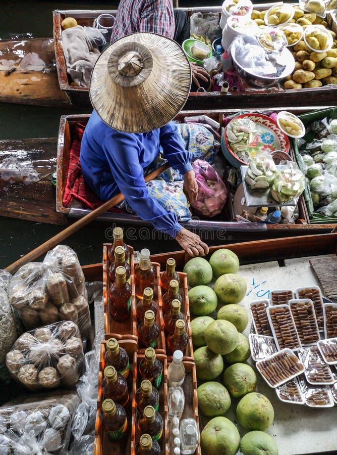 色的果子在浮动市场,果子卖主上在泰国,典型的泰国浮动市场背景 免版税图库摄影