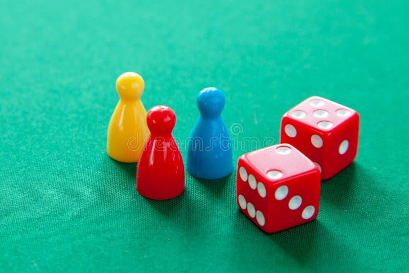 色的比赛计算棋的芯片 模子立方体的汇集在选材台上的 免版税库存照片