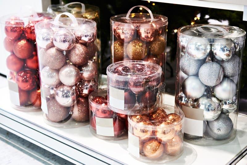 色的球为圣诞树戏弄在商店 库存图片