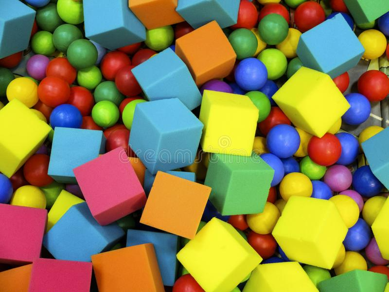 色的球和软的立方体 免版税库存图片