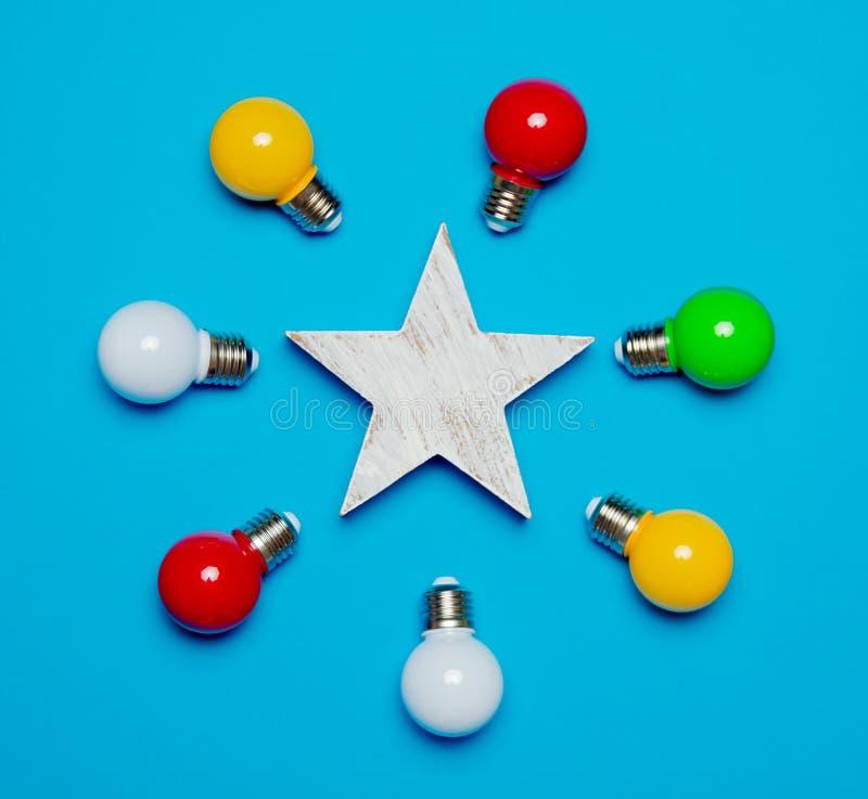 色的电灯泡和木星 免版税库存照片