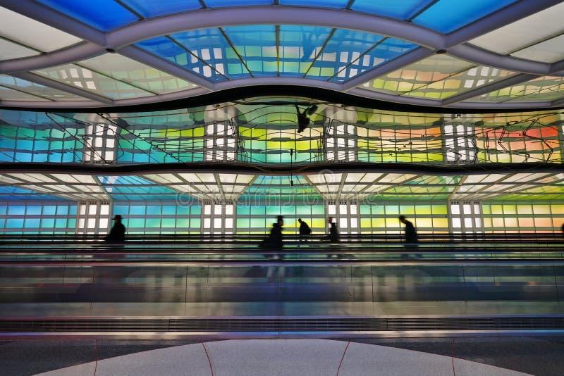 色的电霓虹隧道没有限制在芝加哥O `野兔国际机场ORD 免版税图库摄影