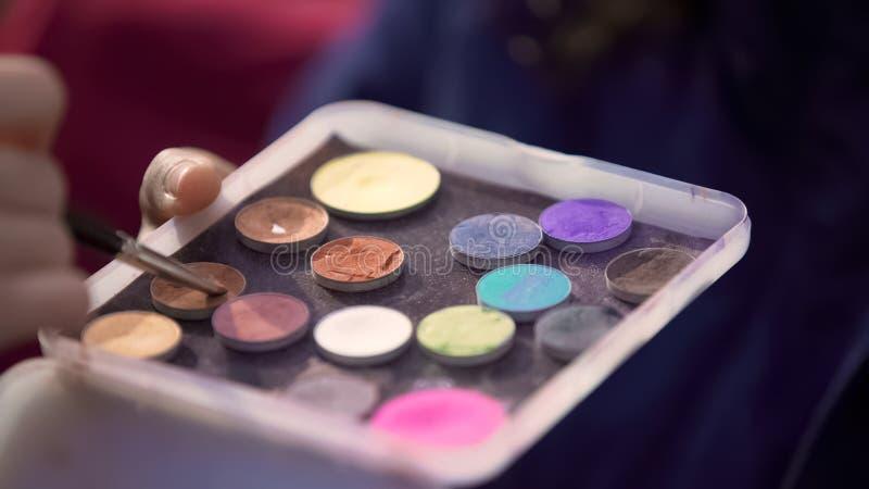 色的眼影膏调色板特写镜头视图,化妆师工作,秀丽时尚 免版税库存图片