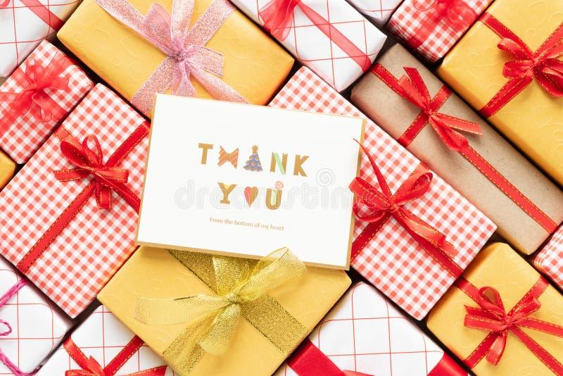色的礼物盒与感谢的顶视图和丝带您发短信 图库摄影