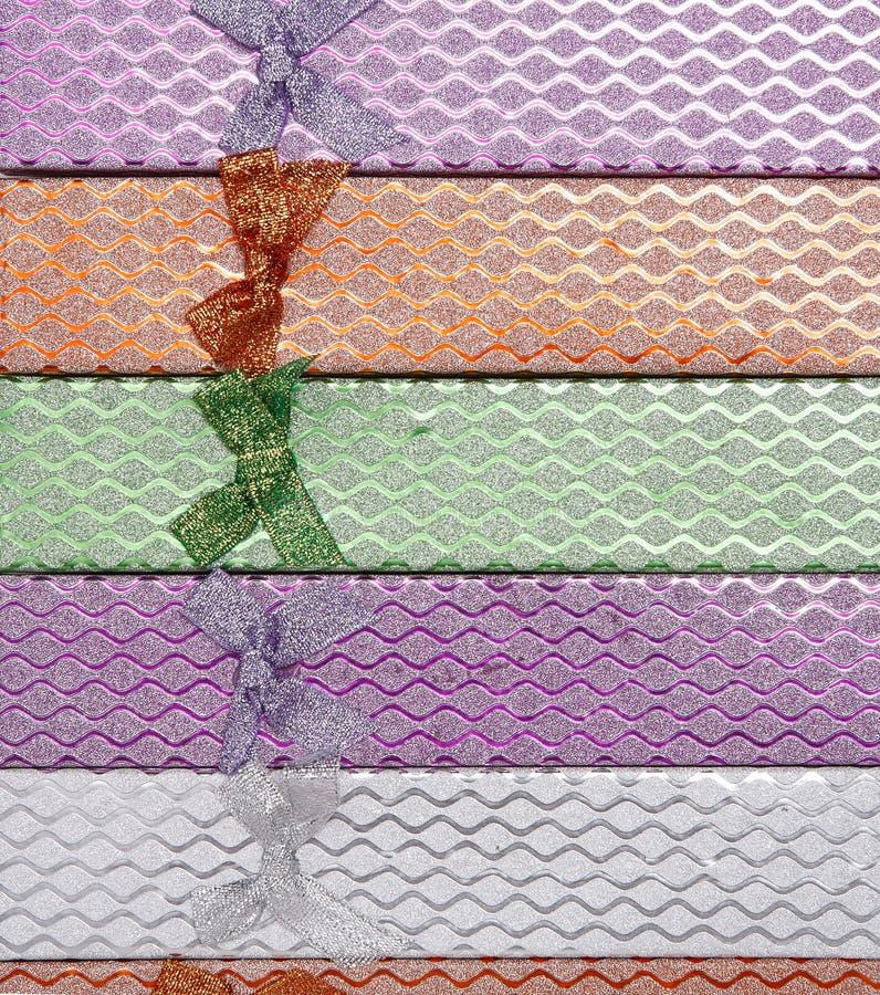 色的礼物盒背景有弓的 免版税库存照片