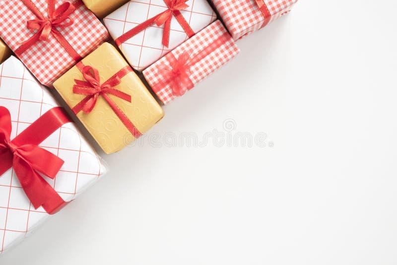 色的礼物盒顶视图有丝带的在白色桌上 免版税库存照片