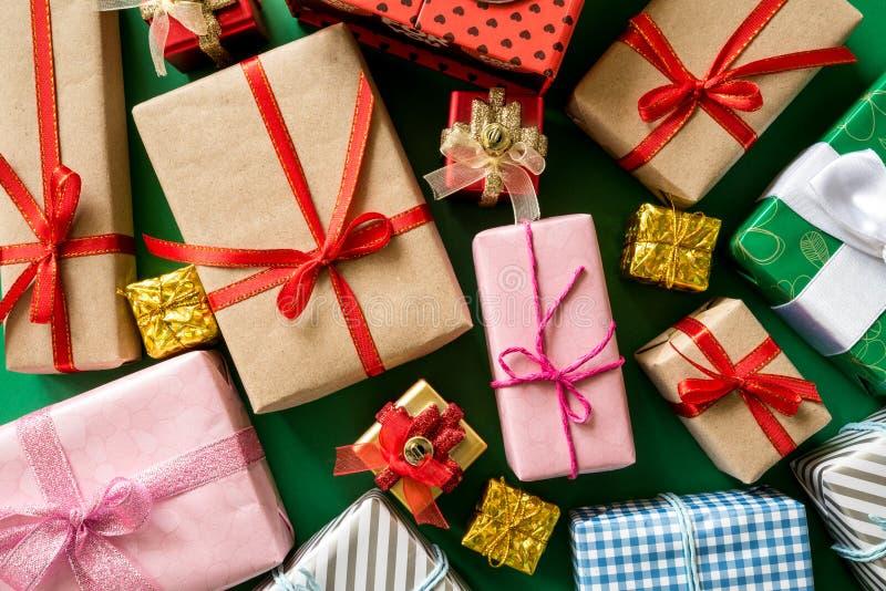 色的礼物盒顶视图有丝带的 免版税库存图片