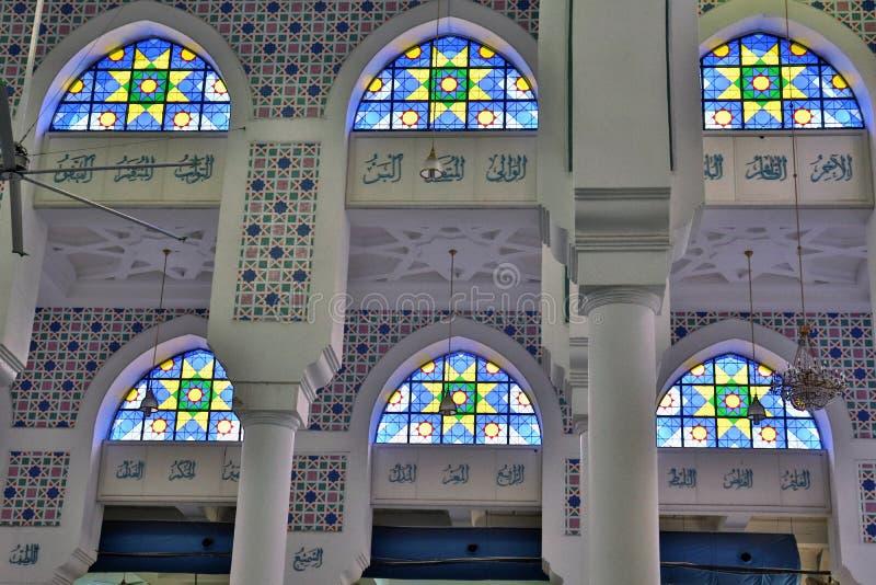 色的窗口和伊斯兰教的题字 免版税图库摄影