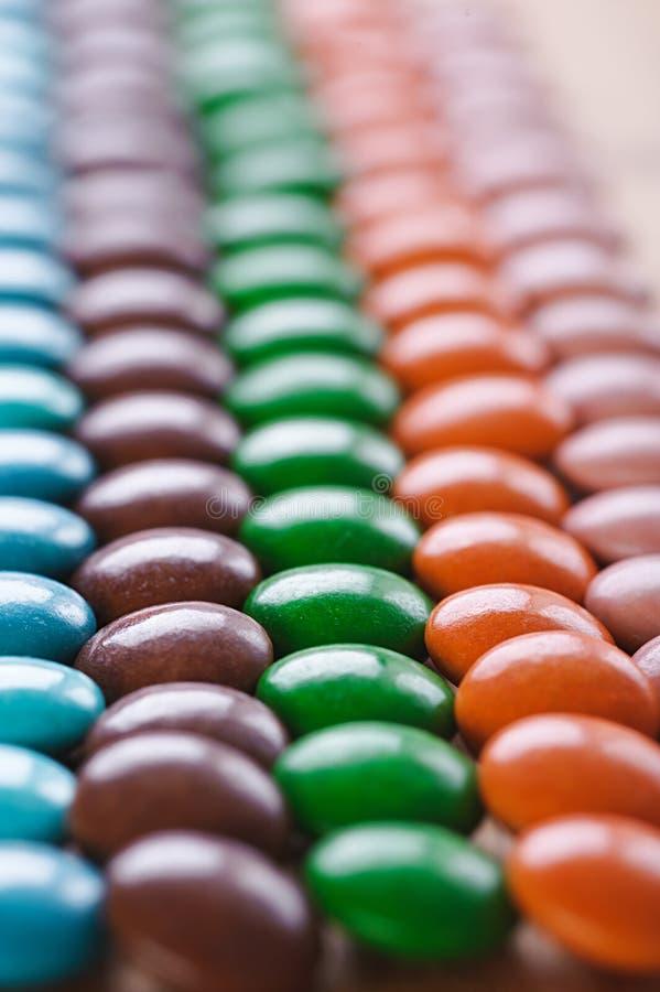 色的糖果巧克力在周围 免版税库存照片