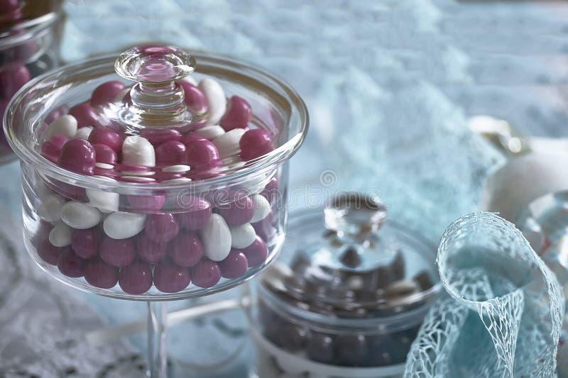 色的糖果的玻璃容器 免版税库存照片