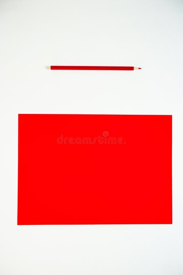 色的纸板和色的铅笔在白色背景 免版税库存图片