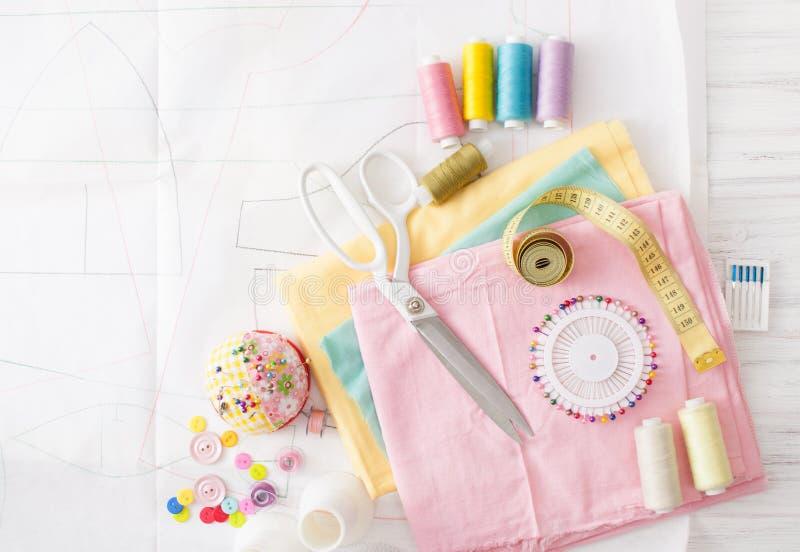 色的缝合针线,缝纫机的供应在白色 免版税库存图片