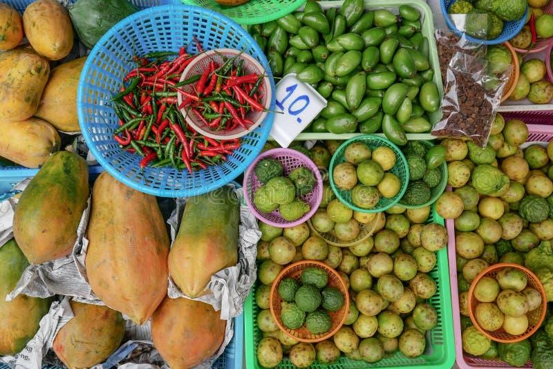 色的背景用果子,绿色和红色辣椒 免版税库存图片