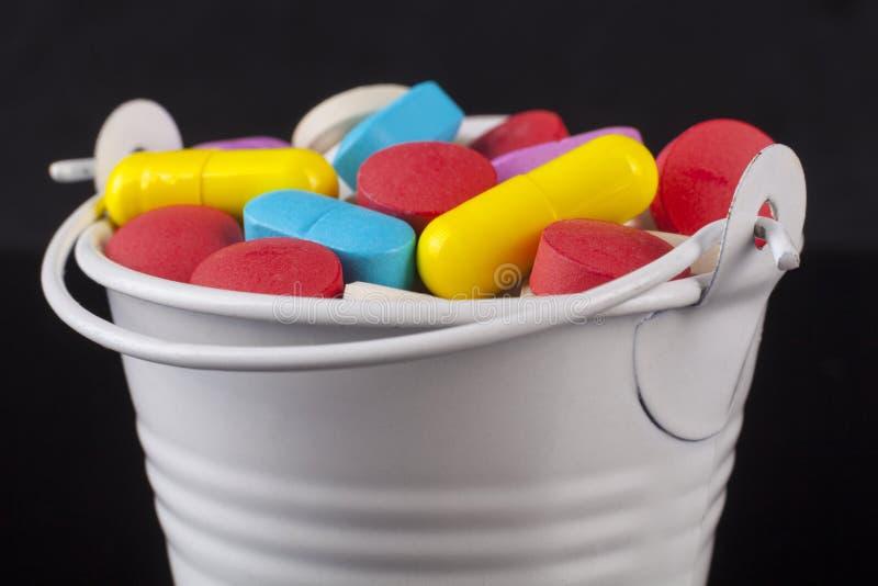 色的药片桶 免版税库存图片