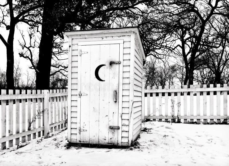 黑色的葡萄酒农村外屋在白色在冬天 库存图片