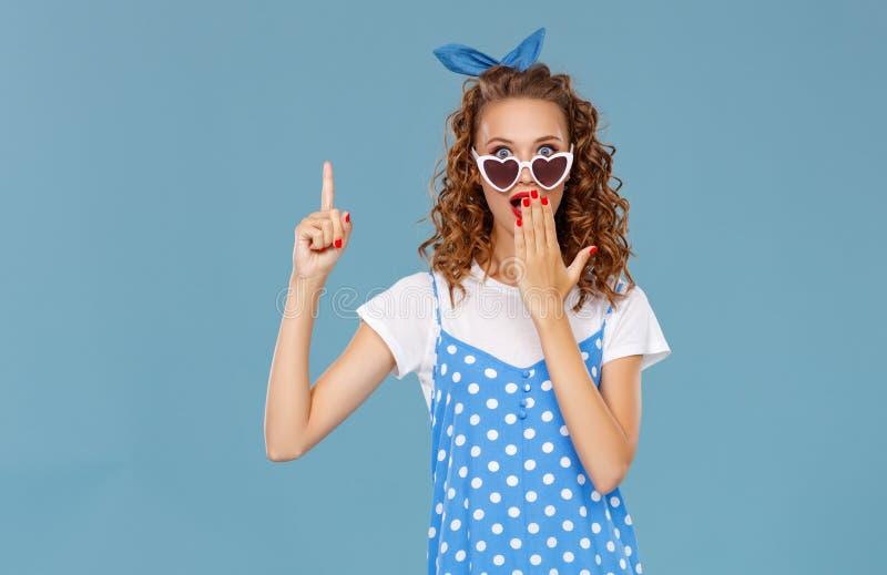 色的蓝色背景的美丽的滑稽的女孩 图库摄影