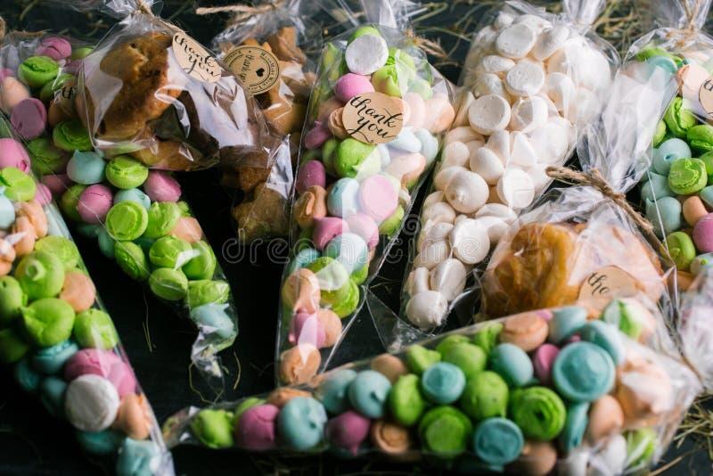 色的蛋白甜饼和礼物包裹了与题字的曲奇饼感谢您 免版税库存图片