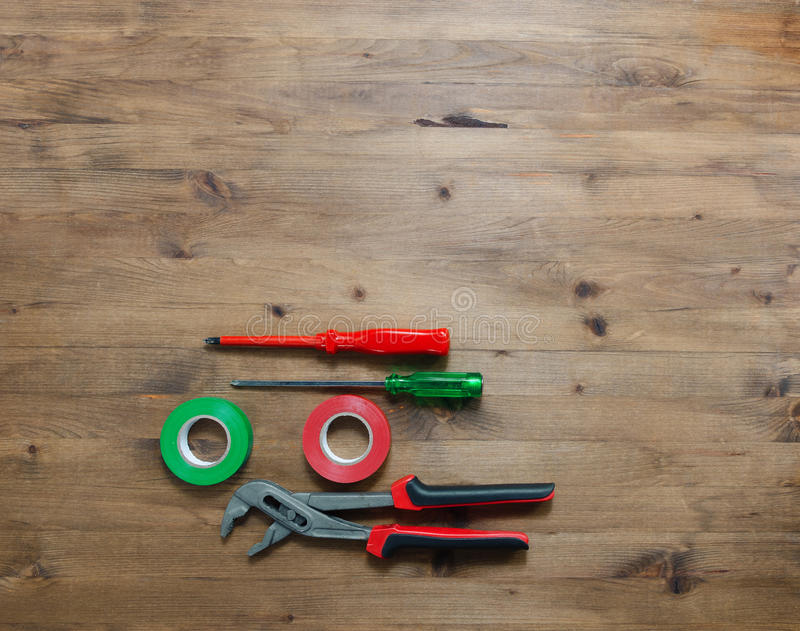 色的螺丝刀胶带和钳子 免版税图库摄影