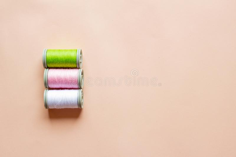 色的螺纹三个丝球  桃红色,绿色,白色螺纹 免版税图库摄影