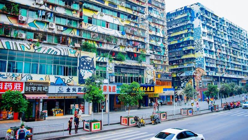 色的街道-与五颜六色的街道画的大厦 免版税库存照片