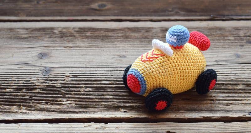 色的钩针编织赛车 婴孩和小孩的玩具能学会机械技能和颜色 o t 免版税库存照片