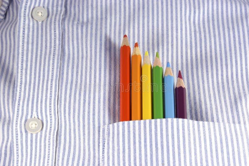 色的铅笔口袋彩虹衬衣 免版税库存照片