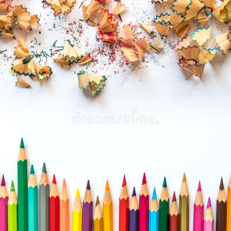 色的铅笔和铅笔刮脸行在纸 皇族释放例证