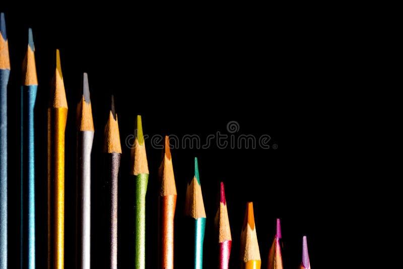 色的铅笔被设置的美丽的黑,色的铅笔在黑背景的 很快到学校 r 免版税库存照片