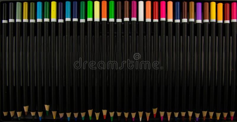 色的铅笔 在黑色背景查出的颜色铅笔 关闭 五颜六色的铅笔 分类背景颜色色的铅笔 笔和铅笔 免版税库存图片