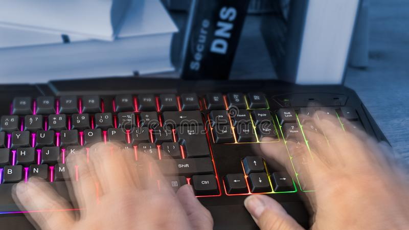 色的键盘用在行动的人的手 免版税库存照片