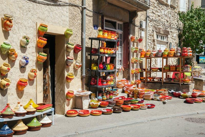 色的陶器商品前面在普罗旺斯购物 库存照片