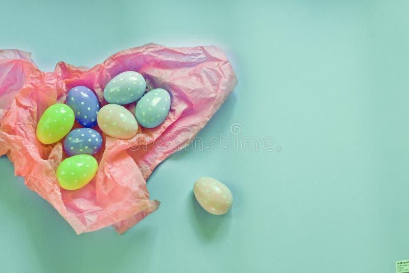 色的鸡蛋和小蓬松丛作为复活节的标志 鸡蛋由foamiran制成 免版税图库摄影