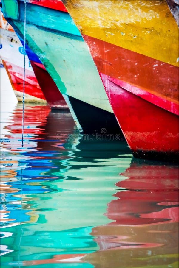 色的水反映 五颜六色的小船在海口 免版税库存照片