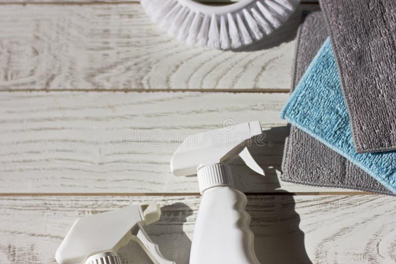 色的microfiber餐巾、洗涤剂、浪花和刷子在w 图库摄影