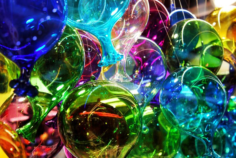 色的murano玻璃气球在许多玻璃对象商店之一中显示了在威尼斯 免版税图库摄影