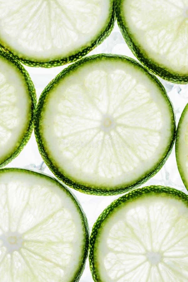 绿色石灰切片和冰块 免版税库存照片