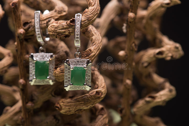 绿色石耳环 免版税库存照片