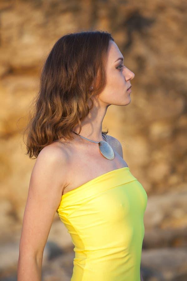 黄色礼服的-外形射击妇女 库存图片
