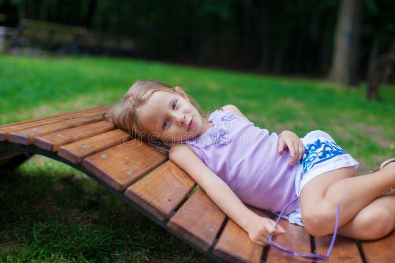 紫色祝生日快乐玻璃的逗人喜爱的小女孩 图库摄影