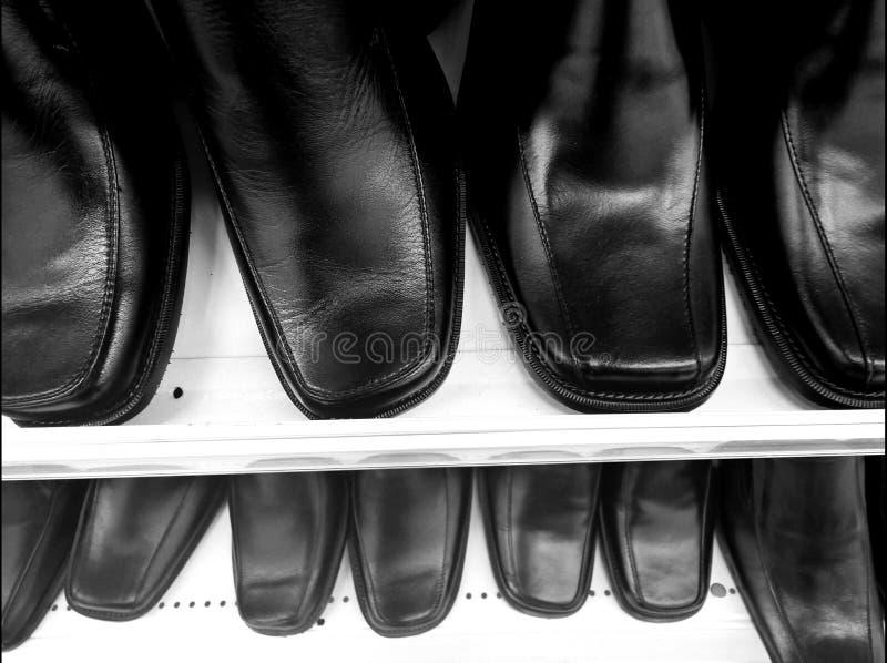 黑色穿上鞋子背景 库存图片