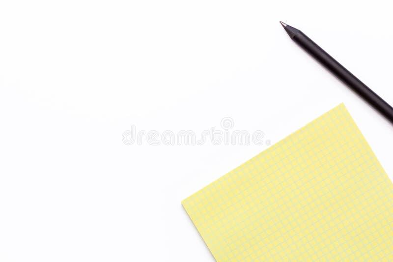黄色笔记本和黑铅笔在白色背景 最小的企业概念 库存照片