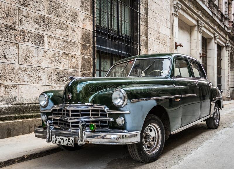 绿色美国经典汽车在古巴哈瓦那 库存照片