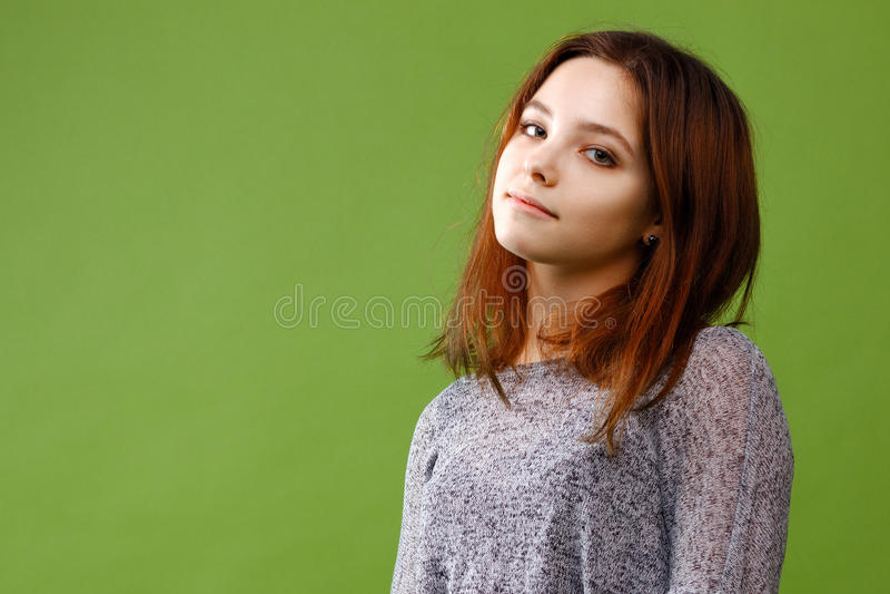 绿色背景的十几岁的女孩 库存照片