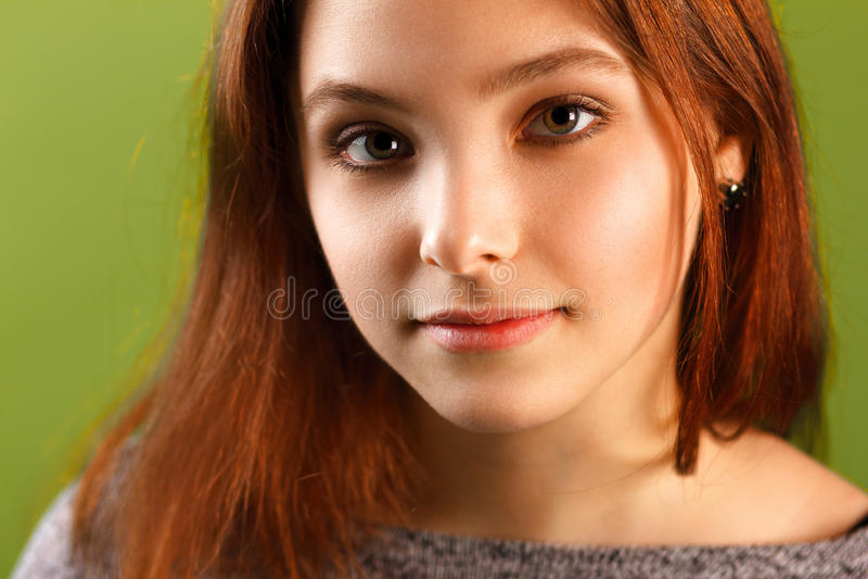 绿色背景的十几岁的女孩 免版税库存图片