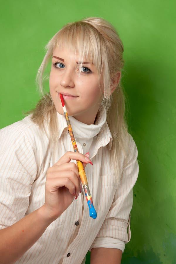 绿色背景的年轻画家 免版税库存照片