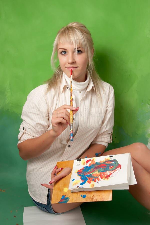 绿色背景的年轻画家 库存图片
