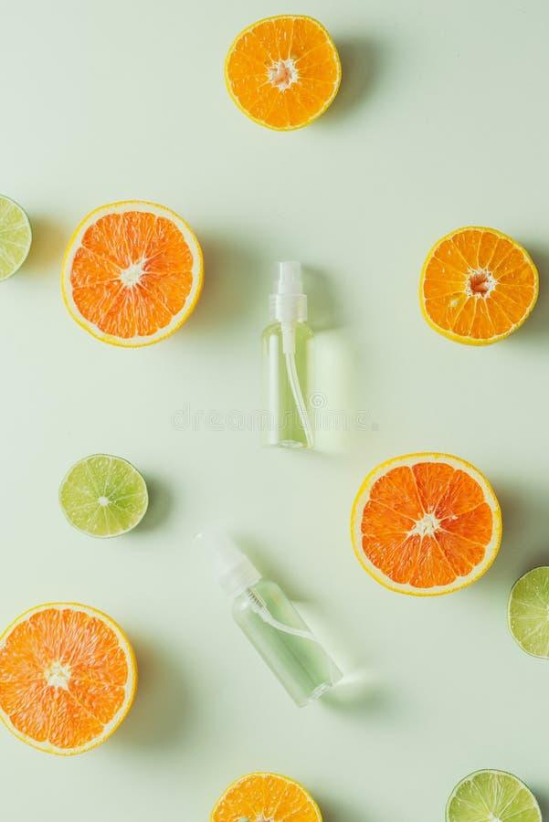 色背景鲜美天然柑橘的平铺组合物 图库摄影