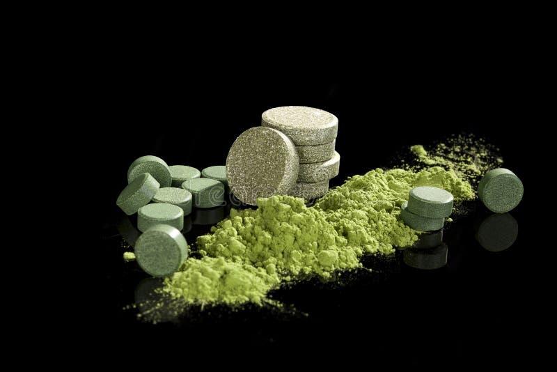 绿色膳食补充剂。 免版税库存照片