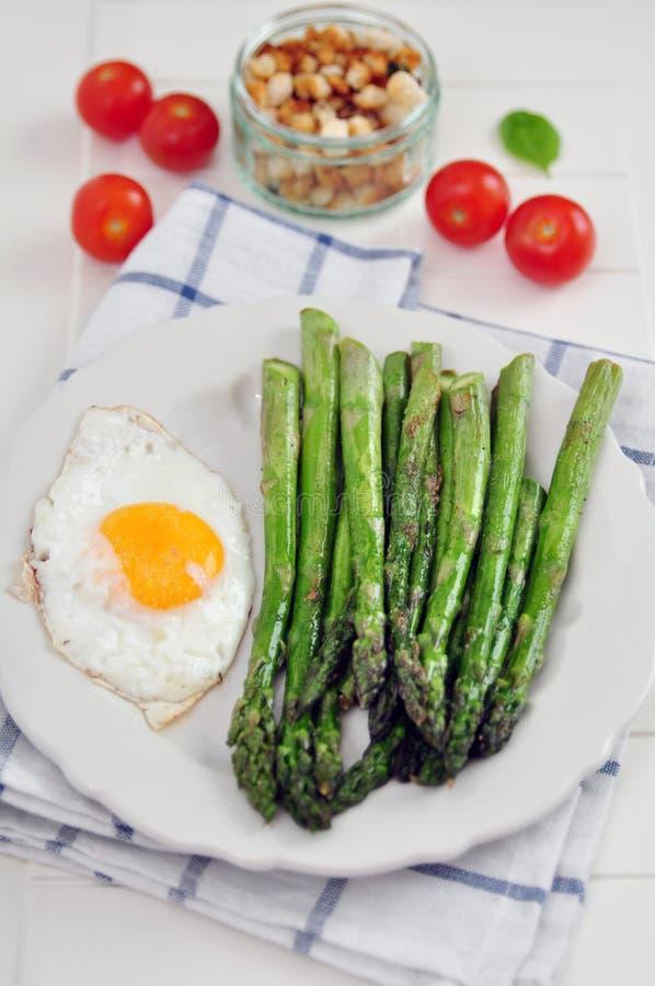绿色芦笋用鸡蛋 库存照片