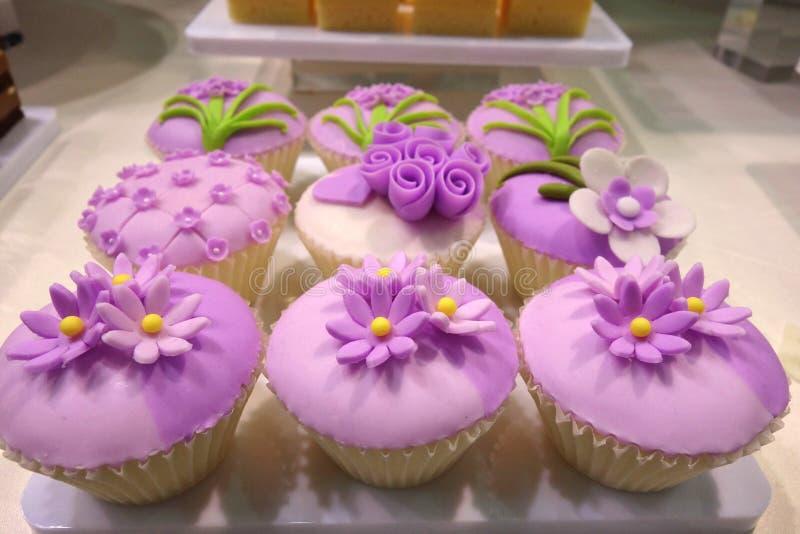 紫色花杯形蛋糕 库存图片